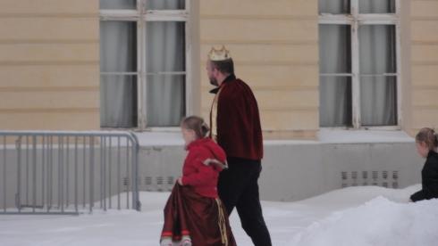Король идет на экскурсию во дворец