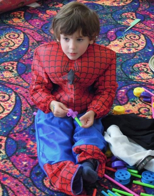 Младший Спайдермен на попе
