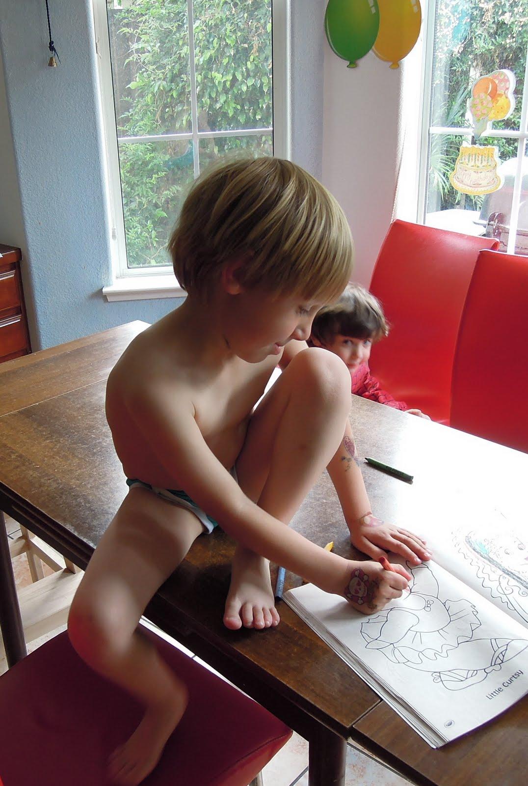 мальчики спят голые